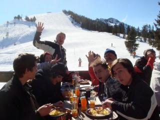 En av många bilder från glatt gäng vid toppstugan Wildschöau i Österrike